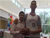 بالصور.. أطول رجل فى العالم يتحدى أبطال كرة السلة الأمريكية
