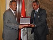 وزير الشباب والرياضة يُكرِّم رئيس مجلس إدارة بنك مصر