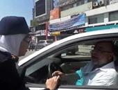 بالفيديو..مواطن يتناول شيكولاتة من يد عقيد شرطة نسائية: مصر ذكرت بالقرآن والإنجيل