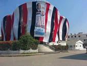 يلا كله يحتفل.. منزل يغطى جميع أركانه بأعلام مصر فى رأس البر