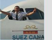 صحافة المواطن: طيار يشير بعلامة النصر من نافذة طائرة احتفالا بقناة السويس