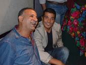"""بالصور.. خالد النبوى يجلس على الأرض خلال عرض """"المهاجر"""""""