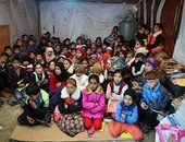 سوريون يحولون مخيمات اللاجئين إلى مدارس لتعليم أطفالهم
