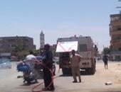 بالصور.. عمال الوادى الجديد يرشون الشوارع استعدادا لزيارة وزير الثقافة