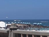 بالفيديو والصور.. إقبال كبير من المصطافين على شواطئ الإسكندرية