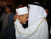 """ولى عهد أبو ظبى يقبل رأس """"الإمام الأكبر"""" أثناء زيارته للمشيخة"""