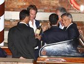 بالصور.. جورج كلونى يشارك أصدقاءه شرب الخمر قبل زفافه