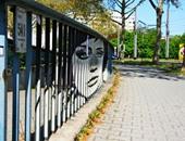 """بالصور.. فنان ألمانى يبدع فى رسم مجموعة لوحات رائعة على أعمدة وأسوار الحدائق ترى من زاوية واحدة فقط..براعة استخدام الألوان المتناغمة تتجسد فى عمل Zebrating"""""""".. واللوحات المجسمة كما لم تراها من قبل"""