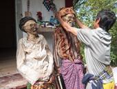 بالصور.. عودة الموتى فى إندونيسيا.. أهالى قرية يستخرجون الموتى فى أغسطس كل عام