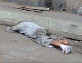 صحافة المواطن.. مُشرَّد مُلقَى أمام مستشفى لرفضها علاجه