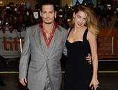بالصور.. جونى ديب يقبل زوجته على السجادة الحمراء لتورونتو السينمائى