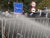 مئات المهاجرين يتظاهرون فى صربيا لمطالبة المجر بفتح حدودها