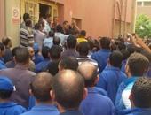 إضراب العشرات من عمال الشركة الشرقية للحلويات بالعبور للمطالبة بالأرباح