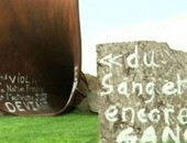 طلاء عمل فنى لنحات بريطانى بالذهب بعد تشويهه بشعارات معادية للسامية بباريس