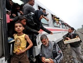 بالصور.. نشطاء يوزعون الطعام على أطفال اللاجئين داخل قطار فى كرواتيا