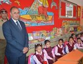 بالصور.. محافظ البحيرة يشرف على توزيع الكتب بالمدارس
