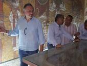 وزير الآثار ينهى جولته فى المقابر الملكية فى الأقصر مع نيكولاس ريفز