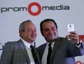 محمد كامل يلتقط سيلفى مع ساويرس خلال مؤتمر إعلان برومو ميديا حول الدورى