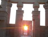 بالفيديو والصور.. نرصد لحظة تعامد الشمس على قدس الأقداس بمعبد هيبس فى الوادى الجديد.. مكتشف الظاهرة: وثقت الحدث منذ عامين للاستفادة منها.. والآثار ما زالت تضعها قيد الدراسة