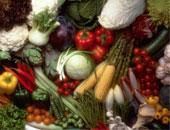 أسعار الخضراوات والفاكهة تواصل انخفاضها فى الأسواق المحلية.. الطماطم والبامية أبرز الانخفاضات و10 جنيهات للخوخ والكنتلوب بـ5 جنيهات.. وتجار يؤكدون: ضخ كميات كبيرة من السلع الغذائية بالأسواق اليوم