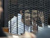 """دفاع الإخوان لقاضى """"الإرشاد"""": القفص الزجاجى يجعل المحاكمة غيابية"""