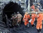 عمال إنقاذ يتعاملون مع حريق وسط ركام جسر جنوة قبل يوم حداد