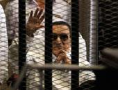 مبارك يلوح بيده لإثبات حضوره والقاضى يخطئ فى اسم علاء