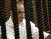 بالفيديو.. جمال مبارك يدون ملاحظاته أثناء تلاوة أمر الإحالة بقضية القرن