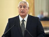 رئيس اتحاد العمال يهدى رئيس الجمهورية درعا تذكارية