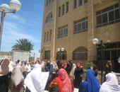طلاب الإخوان يطلقون الألعاب النارية أمام باب جامعة القاهرة الرئيسى