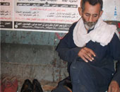 عم داود بائع  الأحذية القديمة عمره سبعون عاما ويروج لبضاعة تجاوزها الزمن