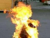 على طريقة البوعزيزى.. شاب تونسى ينتحر حرقا لحجز بضاعته