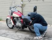 حبس عاطل لسرقته معرض قطع غيار دراجات نارية بالشرابية