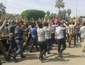 طلاب الإخوان يرفعون المصاحف فى مسيرتهم داخل جامعة القاهرة