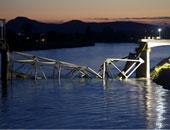 انهيار جسر شاهق فوق خليج شرق تايوان وسقوط شاحنة نفط على قوارب فى المياه