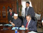 شيخ الأزهر ووزير الاتصالات أثناء توقيع الاتفاقية