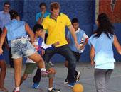 الأميران وليام وهارى يلعبان كرة القدم في جلاسجو