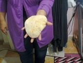 قارئ يشكو من نقص وزن برغيف الخبز المدعم بالقومية العربية فى إمبابة