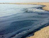 """لليوم الثالث.. """"البيئة"""" تواصل جهودها لإزالة التلوث الزيتى من شواطئ الغردقة"""