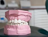حبس طبيب 6 أشهر بتهمة الإهمال وتركيب طقم أسنان ردىء