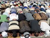 مجمع البحوث الإسلامية: لا يجوز استعمال العنف مع من يمر أمام المصلى