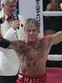 بالفيديو.. ميكى رورك يفوز بمباراة ملاكمة وهو فى الـ62 من عمره