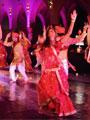 """فرقة """"بوليود"""" الهندية تقدم فقرة راقصة لدى وصولها مطار القاهرة"""