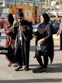 مصر فى صورة.. منتقبة تساعد كاهن كنيسة كفيف على عبور الطريق فى شبرا