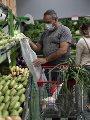 أسعار الخضراوات والفاكهة بالمجمعات.. الطماطم بـ5.5 جنيه والليمون بـ17 جنيها