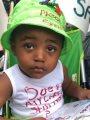"""""""من فضلك لا تطلق النار على"""".. شعار فوق قبعة طفل عمره عامين بمظاهرات أمريكا"""