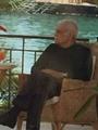 بالصور.. عمر الشريف يقضى إجازة قصيرة وحيدا فى أحد فنادق الجونة