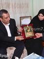 """نقيب الصحفيين يهدى أسرة ميادة أشرف درع الشهيدة.. ويؤكد:""""حقها فى رقبتى"""""""