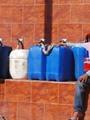 بدء توافد الأطفال على مرشح المياه الخاص بالقرية
