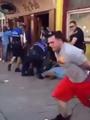 بالفيديو.. متظاهر أمريكى يهرب بالكلابشات من شرطة بالتيمور